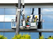 Fönsterrengöringsmedel som arbetar på en glass fasad Royaltyfria Bilder