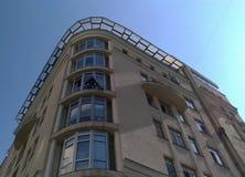Fönsterrengöringsmedel tvättar fönstren av skyskrapan royaltyfri bild