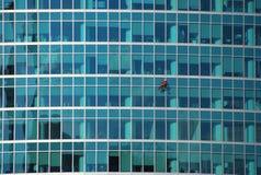 Fönsterrengöringsmedlet på en byggnadsfasad Moskvastaden Royaltyfria Bilder
