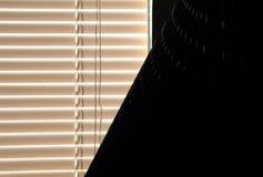 Fönsterrullgardiner och lampkupa Arkivfoton
