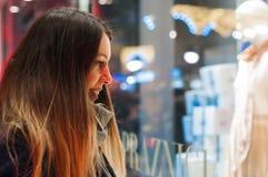 Fönstershopping, kvinna som ser lagret Le kvinnan som pekar på shoppafönstret, innan att skriva in stor Royaltyfria Foton