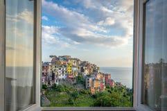 Fönstersikt av Corniglia Arkivfoto