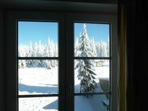 Fönstersikt i en vinterbergsemesterort fotografering för bildbyråer