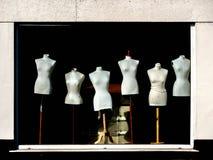 Fönsterskärm av kvinnliga skyltdockor på träställningar royaltyfria foton