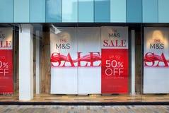 Fönsterskärm som meddelar en Sale på fläckar & Spencer Store i England Fotografering för Bildbyråer