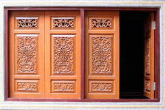 Fönsterträ som snidas av huset, kinesisk stil i Thailand Arkivbild