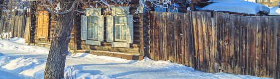 Fönstren av det gamla trähuset i vintern Royaltyfri Fotografi