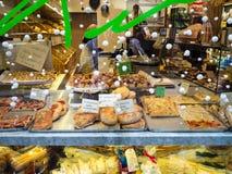 Fönstret av bagerit och bakelse shoppar i Bergamo arkivfoton