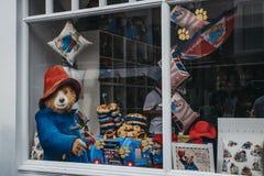 Fönstret av den Paddington popet-upp shoppar på den Portobello vägen, London, UK arkivbild