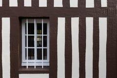 Fönstret av en gammal byggnad Arkivbilder