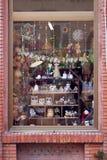 Fönstret av en souvenir shoppar dekorerat av gullig saker Royaltyfri Bild