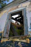 Fönstret av ett övergett hus Royaltyfria Bilder