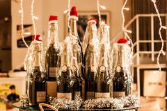 Fönstret av ett vin shoppar dekorerat med flaskor av vin som bär Santa Claus röda hattar i Palma, Majorca Arkivfoton
