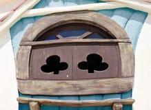 Fönstret av sagahuset i barn parkerar Royaltyfri Foto