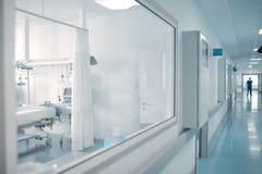 Fönstret avvärjer in av sjukhuskorridoren arkivfoto