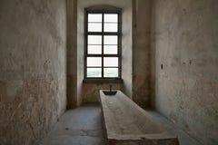 Fönstret bak en stenho i gammalt begränsar rum Arkivbilder