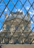 Fönstret för Louvremuseumpyramid Arkivfoton