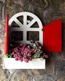 Fönstret förser med rutor med blommor Royaltyfria Bilder
