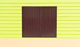 Fönstret göras av brunt trä arkivbilder