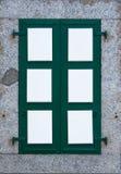 Fönstret med stängd grön vit stänger med fönsterluckor i stenbyggnadsvägg Royaltyfri Fotografi