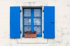 Fönstret med stänger med fönsterluckor fotografering för bildbyråer