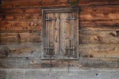 Fönstret med stänger med fönsterluckor Arkivfoton