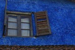 Fönstret med stänger med fönsterluckor Royaltyfri Foto