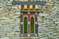 Fönstret mellan stenen Royaltyfri Foto