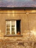 Fönstret och sprickan arkivbild