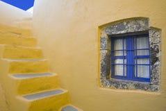 Fönstret och trappan av Santorini Arkivbilder