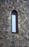 Fönstret och väggen av en gammal stenstuga inhyser tätt upp Royaltyfria Foton