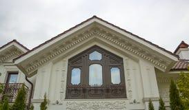 Fönstret och väggen av en gammal stenstuga inhyser tätt upp Arkivbilder
