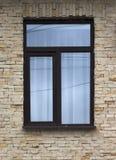 Fönstret och väggen av en gammal stenstuga inhyser tätt upp Fotografering för Bildbyråer