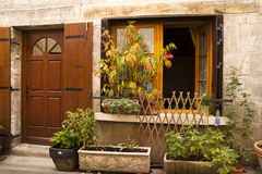 Fönstret planterar blommor Brantome Frankrike Arkivbilder
