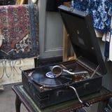 Fönstret shoppar av gammalt shoppar med den antika den tappningkudden och lampan Royaltyfri Bild