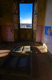 Fönstret som är öppet, i en övergiven slott Arkivbild