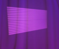 Fönstret tänder fotostudion Violet Backdrop Royaltyfri Bild