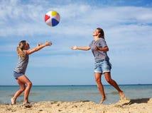 Förälder- och barnlek en boll på kusten på en sommardag Arkivbild
