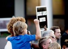 Föräldern och barnet på protesten samlar Royaltyfria Foton