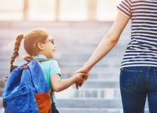 Föräldern och eleven går till skolan Arkivfoton