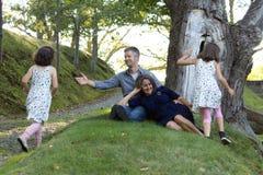 Förälderräckvidd för barn Arkivbild