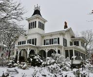 Föräldralösa Annie House i snö Arkivfoto