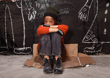 Föräldralöst barn på gatabegreppet arkivbild