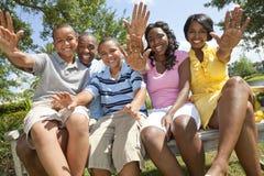 föräldrar för afrikansk amerikanbarnfamilj Arkivbild