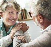 Föräldrar för intimitet för affektionomsorg säkrade vård- begrepp royaltyfri bild
