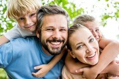 Föräldrar ger på ryggen ritt royaltyfria bilder