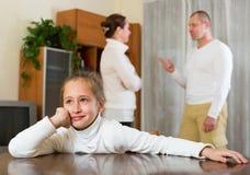 Föräldrar grälar hemma royaltyfri foto