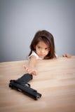 Föräldrar inte håller vapnet i det säkra stället, barn kan ha vapnet för olycka det isolerade begreppet 3d framför säkerhet vit Arkivbilder