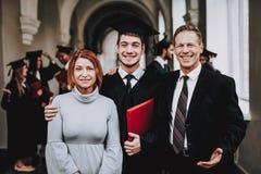 föräldrar kandidater Lyckligt god mood Ha gyckel royaltyfri fotografi