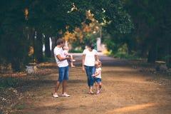 Föräldrar med barn på gå Royaltyfria Foton